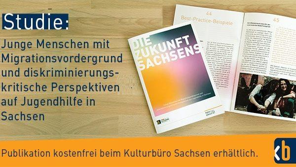 """Banner mit Broschüre """"Die Zukunft Sachsens - – junge Menschen mit Migrationsvordergrund und diskriminierungskritische Perspektiven auf Jugendhilfe in Sachsen."""""""